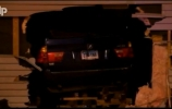 Bėglys su BMW X5 rėžėsi į namą