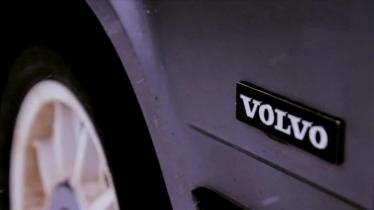 Sulėtintas Volvo 740 driftas sniegu