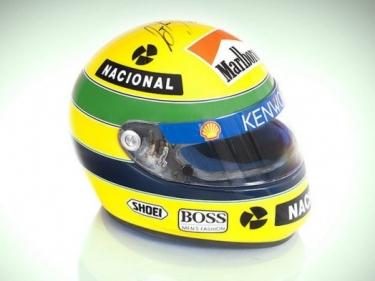 Aukcione parduoti Ayrton Senna šalmas ir kombinezonas