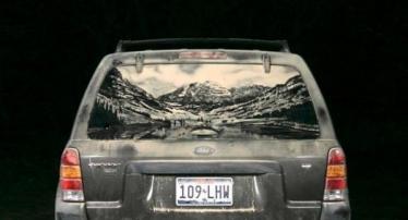 Piešiniai ant purvinų automobilių stiklų